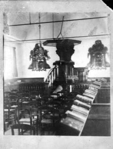 interieur overzicht met preekstoel en twee psalmborden remonstrantse kerk oude wetering